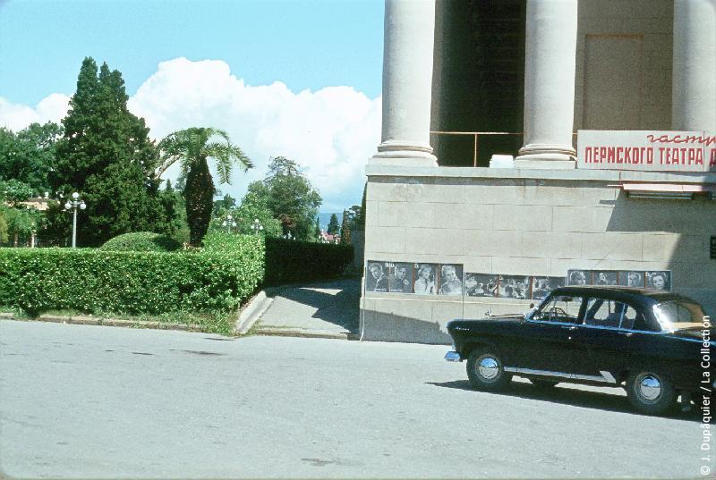 Photographie (résolution écran) : Fonds photographique Jacques Dupâquier — Voyage en URSS en 1964 — Caucase et Georgie : «Sotchi-Place du théatre»