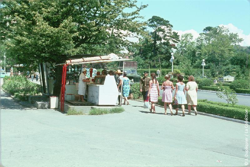 Photographie (résolution écran) : Fonds photographique Jacques Dupâquier — Voyage en URSS en 1964 — Caucase et Georgie : «A Sotchi près du théâtre»