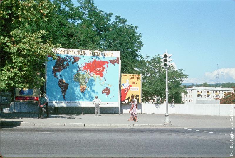 Photographie (résolution écran) : Fonds photographique Jacques Dupâquier — Voyage en URSS en 1964 — Caucase et Georgie : «Sotchi-Panneau de propagande»