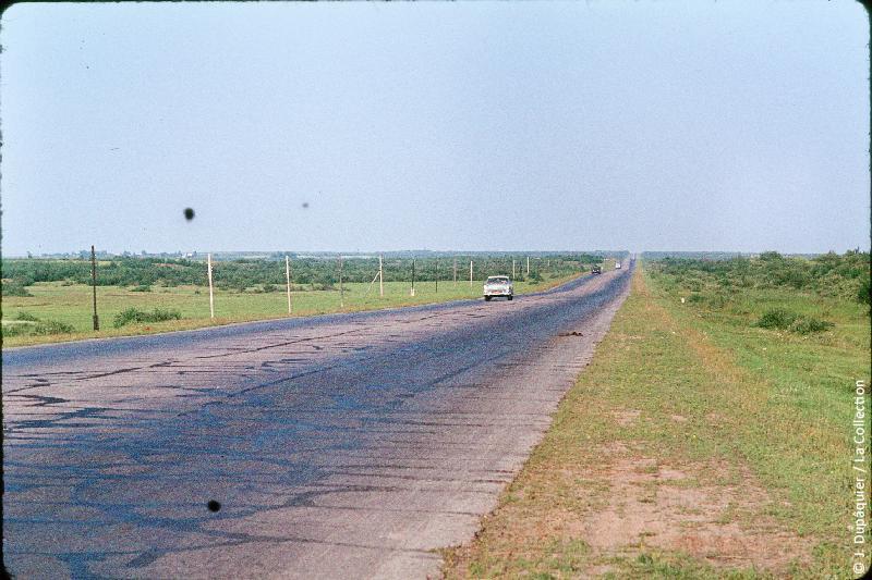 Photographie (résolution écran) : Fonds photographique Jacques Dupâquier — Voyage en URSS en 1964 — Sur la route de Moscou-Minsk Smolensk Borodino : «Autoroute de Moscou»