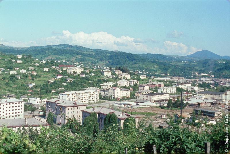 Photographie (résolution écran) : Fonds photographique Jacques Dupâquier — Voyage en URSS en 1964 — Caucase et Georgie : «Sotchi-Vue sur la ville basse»