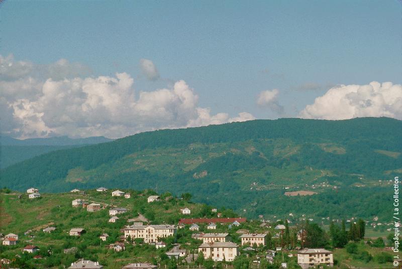 Photographie (résolution écran) : Fonds photographique Jacques Dupâquier — Voyage en URSS en 1964 — Caucase et Georgie : «Environs de Sotchi-Navaguinka»
