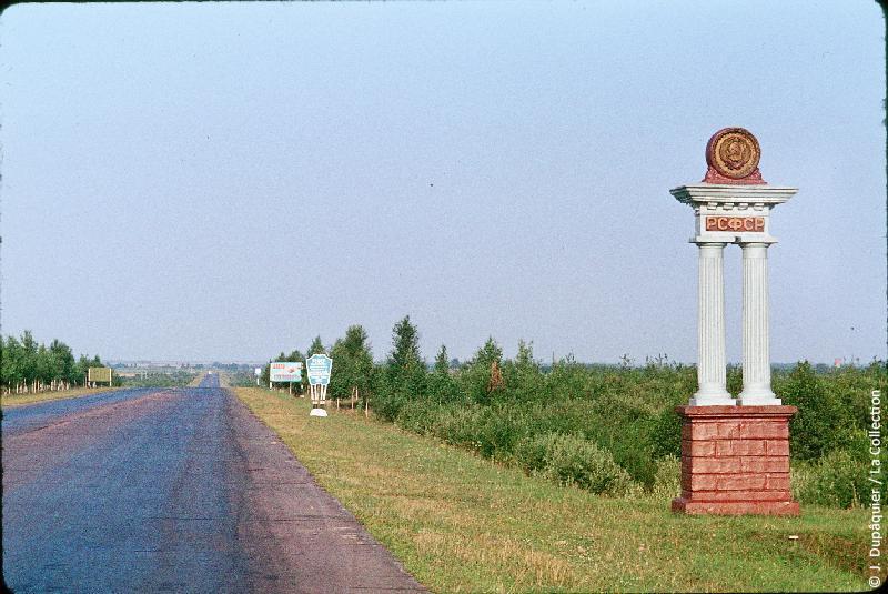Photographie (résolution écran) : Fonds photographique Jacques Dupâquier — Voyage en URSS en 1964 — Sur la route de Moscou-Minsk Smolensk Borodino : «Sur la route de Smolensk-Frontière entre la Biélorussie et la RSFSR»
