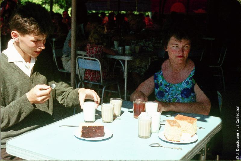 Photographie (résolution écran) : Fonds photographique Jacques Dupâquier — Voyage en URSS en 1964 — Caucase et Georgie : «Petit déjeuner à la stolovaïa à Sotchi (coût 1,16 rouble)»