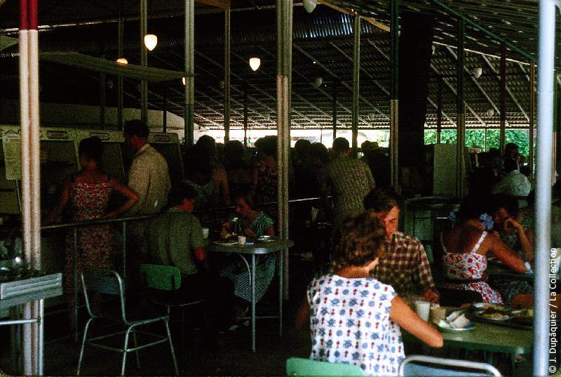 Photographie (résolution écran) : Fonds photographique Jacques Dupâquier — Voyage en URSS en 1964 — Caucase et Georgie : «Petit déjeuner à la stolovaia à Sotchi (coût 1,16 rouble)»