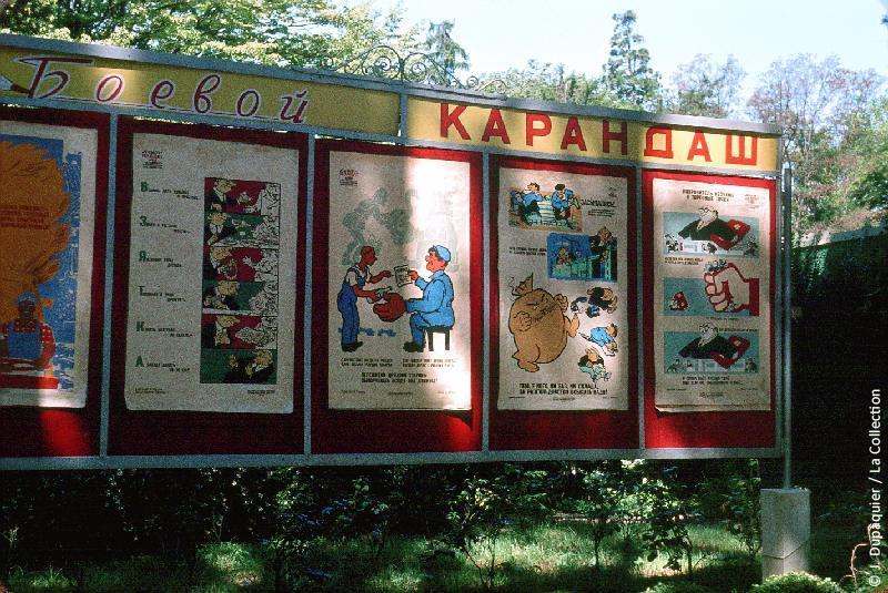 Photographie (résolution écran) : Fonds photographique Jacques Dupâquier — Voyage en URSS en 1964 — Caucase et Georgie : «Sotchi-Parc Riviera-Panneau de propagande»
