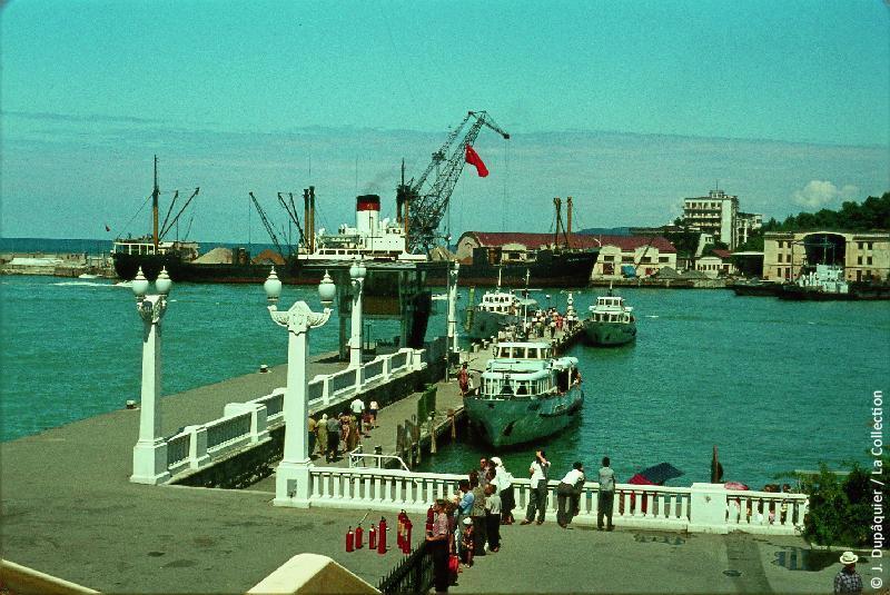 Photographie (résolution écran) : Fonds photographique Jacques Dupâquier — Voyage en URSS en 1964 — Caucase et Georgie : «Port de Sotchi»