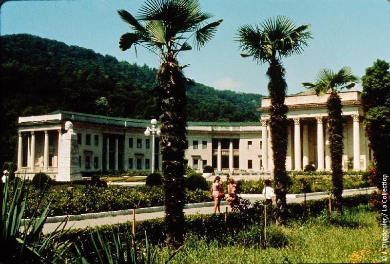 Photographie (résolution écran) : Fonds photographique Jacques Dupâquier — Voyage en URSS en 1964 — Caucase et Georgie : «Sotchi-Thermes de Matsesta»