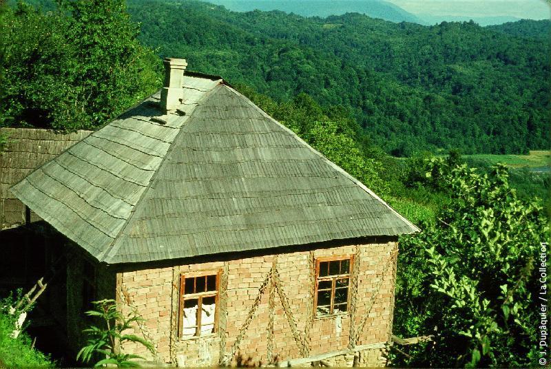 Photographie (résolution écran) : Fonds photographique Jacques Dupâquier — Voyage en URSS en 1964 — Caucase et Georgie : «Sur la route de Krasnaia poliana-Maison caucasienne»
