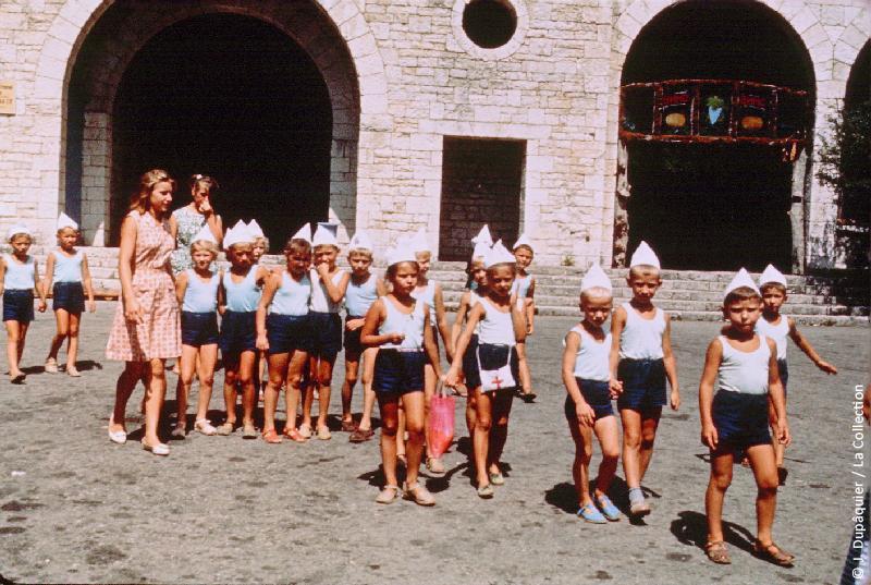Photographie (résolution écran) : Fonds photographique Jacques Dupâquier — Voyage en URSS en 1964 — Caucase et Georgie : «Pionniers au mont Akhoun près d'Adler»