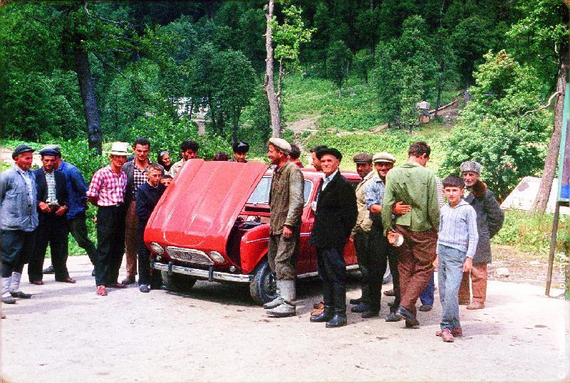 Photographie (résolution écran) : Fonds photographique Jacques Dupâquier — Voyage en URSS en 1964 — Caucase et Georgie : «Abkhazie-A la source minérale d'Avakhard-On s'intéresse à la R4»