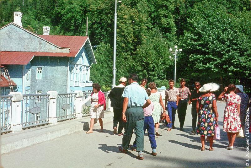 Photographie (résolution écran) : Fonds photographique Jacques Dupâquier — Voyage en URSS en 1964 — Caucase et Georgie : «Abkhazie-Devant l'hôtel Ritsa»