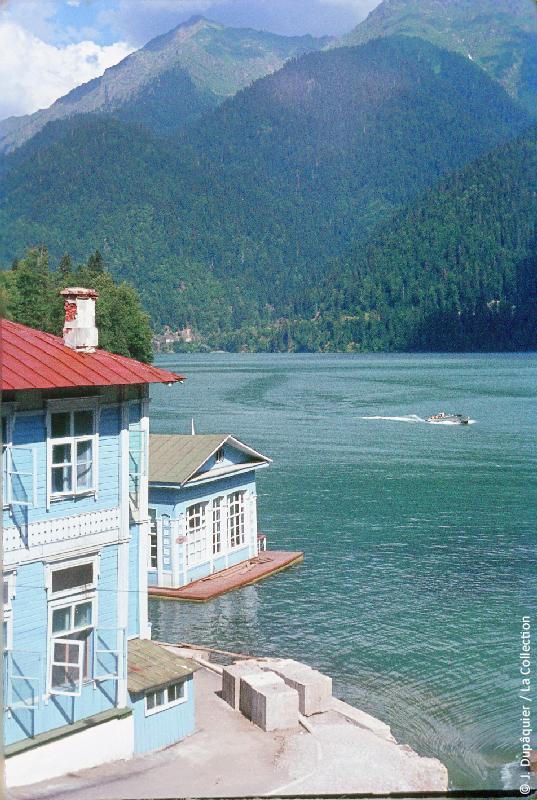 Photographie (résolution écran) : Fonds photographique Jacques Dupâquier — Voyage en URSS en 1964 — Caucase et Georgie : «Abkhazie-L'hôtel et le lac Ritsa»