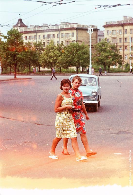 Photographie (résolution écran) : Fonds photographique Jacques Dupâquier — Voyage en URSS en 1964 — Sur la route de Moscou-Minsk Smolensk Borodino : «Minsk-Jeunes femmes»