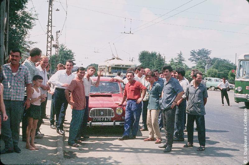 Photographie (résolution écran) : Fonds photographique Jacques Dupâquier — Voyage en URSS en 1964 — Caucase et Georgie : «Sur la route de Gori-La R4 à Samtredia»