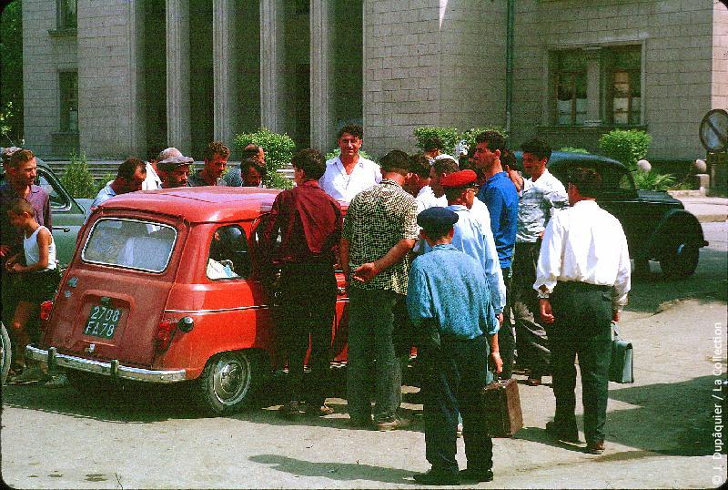 Photographie (résolution écran) : Fonds photographique Jacques Dupâquier — Voyage en URSS en 1964 — Caucase et Georgie : «Sur la route de Gori-On s'intéresse à la R4»