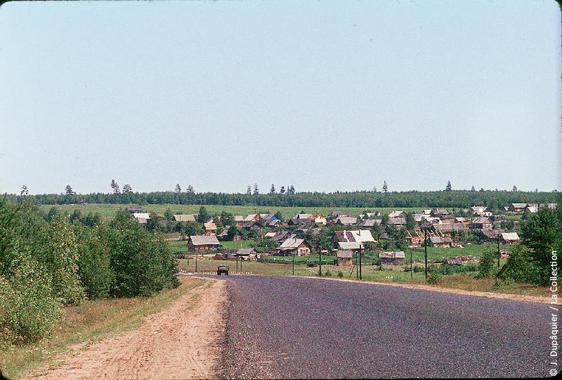 Photographie (résolution écran) : Fonds photographique Jacques Dupâquier — Voyage en URSS en 1964 — Sur la route de Moscou-Minsk Smolensk Borodino : «Sur la route de Borodino-Iakovlevo»