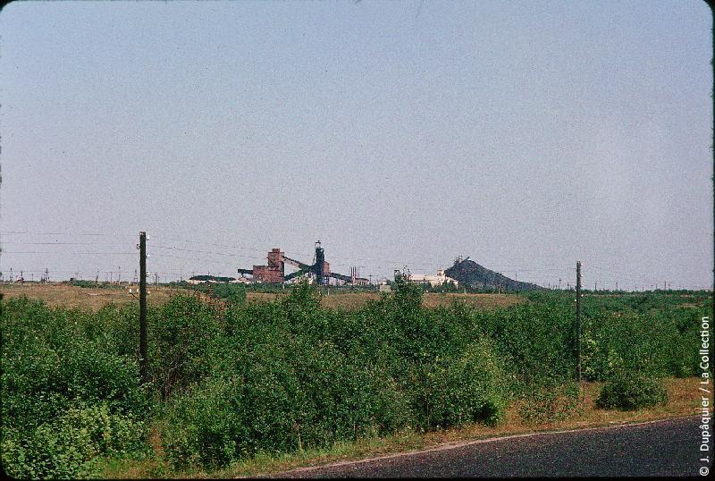 Photographie (résolution écran) : Fonds photographique Jacques Dupâquier — Voyage en URSS en 1964 — Sur la route de Moscou-Minsk Smolensk Borodino : «Sur la route de Borodino-Mine de charbon près de Izdeshkovo»