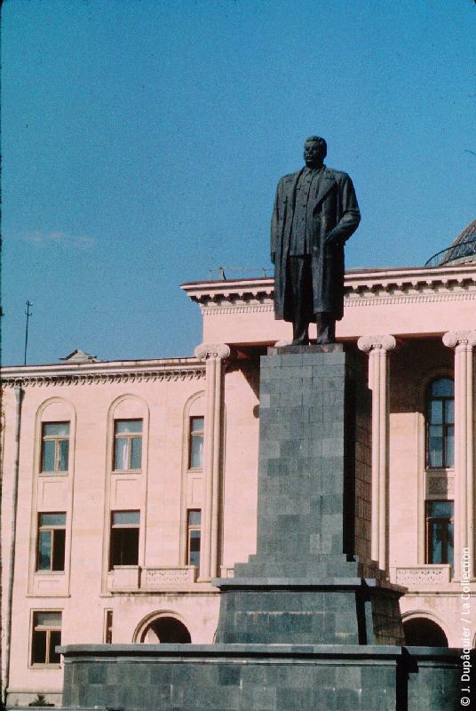 Photographie (résolution écran) : Fonds photographique Jacques Dupâquier — Voyage en URSS en 1964 — Caucase et Georgie : «Gori-Place centrale-Dernière statue de Staline»