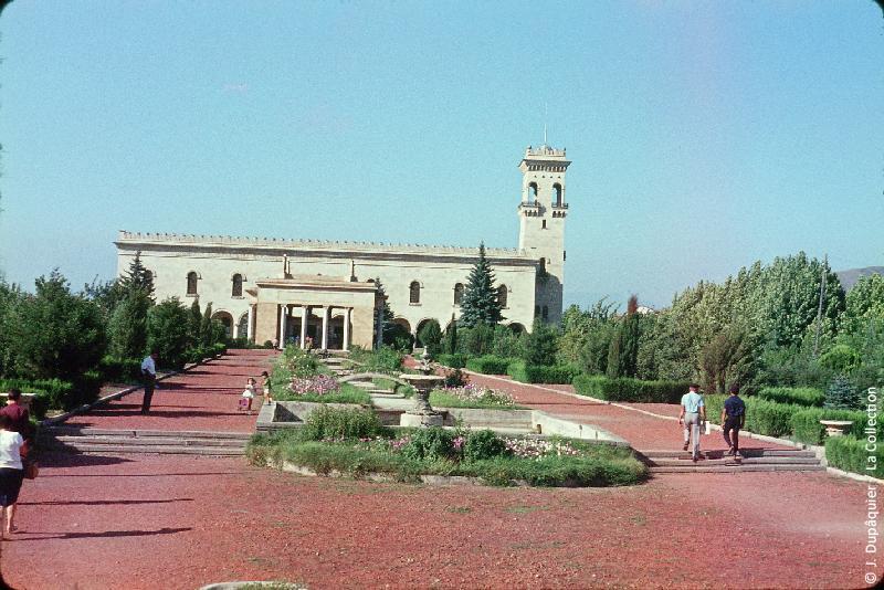 Photographie (résolution écran) : Fonds photographique Jacques Dupâquier — Voyage en URSS en 1964 — Caucase et Georgie : «Gori-La maison natale de Staline transformée en palais»