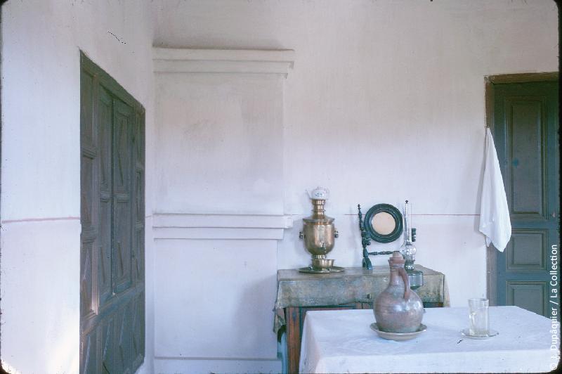 Photographie (résolution écran) : Fonds photographique Jacques Dupâquier — Voyage en URSS en 1964 — Caucase et Georgie : «Gori-Maison natale de Staline-Chambre où Staline est né»
