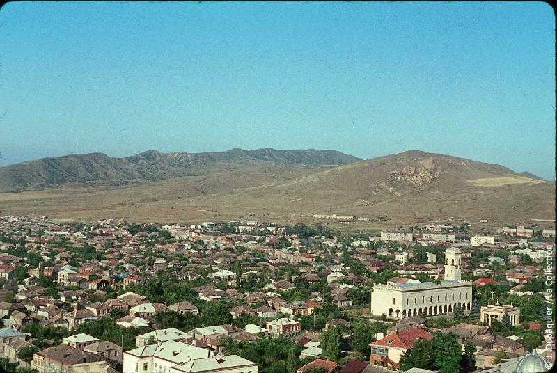 Photographie (résolution écran) : Fonds photographique Jacques Dupâquier — Voyage en URSS en 1964 — Caucase et Georgie : «Gori-Vue plongeante sur le quartier de la maison natale de Staline»