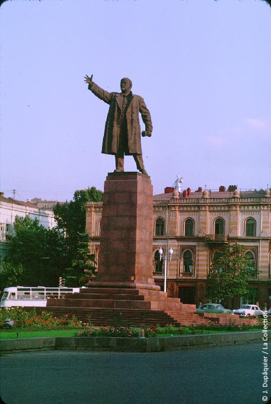 Photographie (résolution écran) : Fonds photographique Jacques Dupâquier — Voyage en URSS en 1964 — Caucase et Georgie : «Tbilissi-Statue de Lénine»