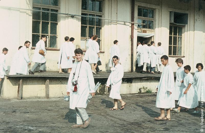 Photographie (résolution écran) : Fonds photographique Jacques Dupâquier — Voyage en URSS en 1964 — Caucase et Georgie : «Tbilissi-Le groupe à la laiterie»
