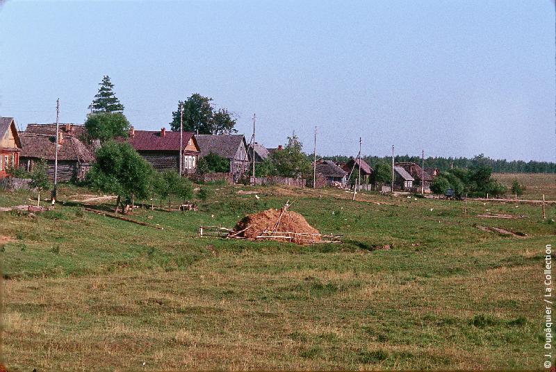Photographie (résolution écran) : Fonds photographique Jacques Dupâquier — Voyage en URSS en 1964 — Sur la route de Moscou-Minsk Smolensk Borodino : «Sur la route de Borodino-Staroie (village près de Gjatsk)»
