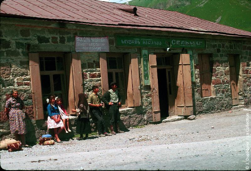 Photographie (résolution écran) : Fonds photographique Jacques Dupâquier — Voyage en URSS en 1964 — Caucase et Georgie : «Sur la route d'Ordjonikidze (actuelle Vladikavkaz)-Gorges de Baïdari (versant nord du Caucase)-A Kobi (1932m)»