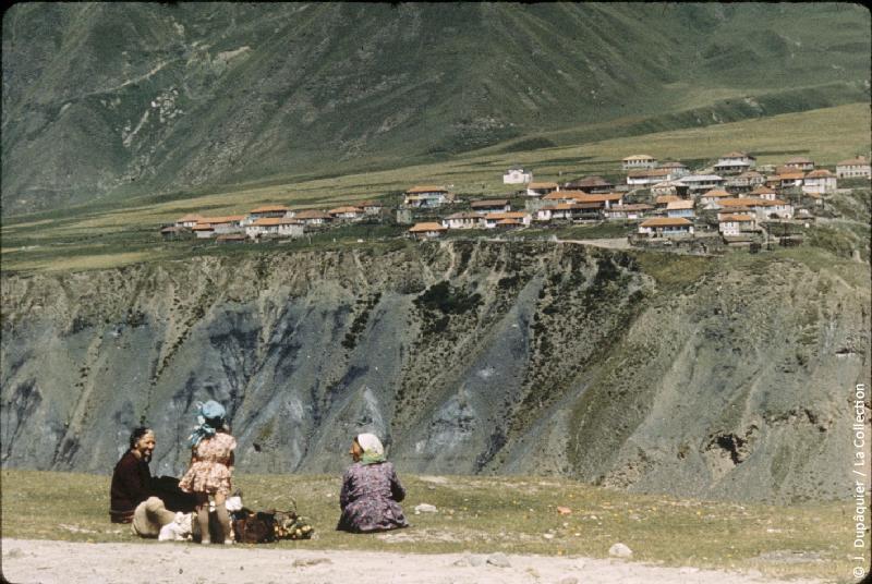 Photographie (résolution écran) : Fonds photographique Jacques Dupâquier — Voyage en URSS en 1964 — Caucase et Georgie : «Sur la route d'Ordjonikidze (actuelle Vladikavkaz)-Gorges de Khévis (Caucase central)-Village sur un replat»