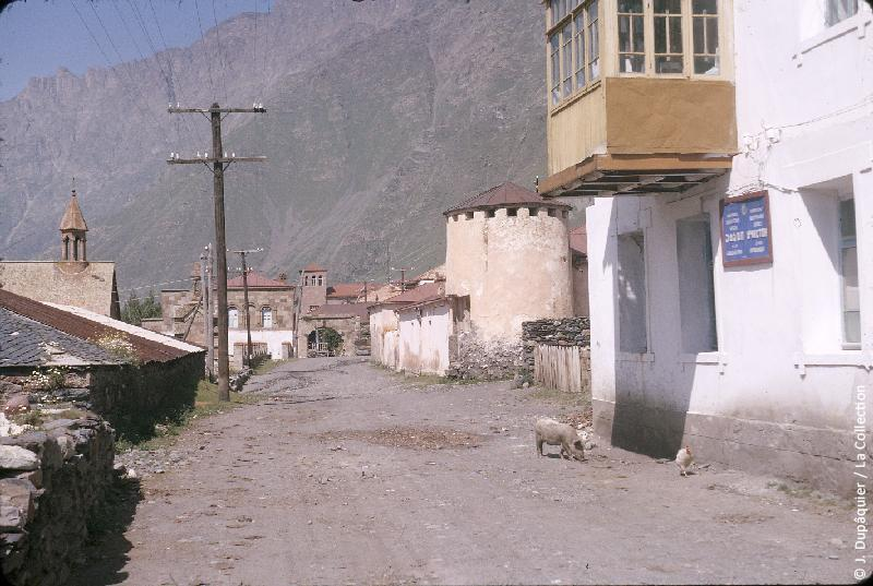 Photographie (résolution écran) : Fonds photographique Jacques Dupâquier — Voyage en URSS en 1964 — Caucase et Georgie : «Sur la route d'Ordjonikidze (actuelle Vladikavkaz)-Vallée du Terek-Rue à Kazbegui»