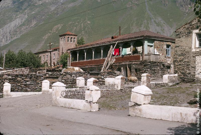 Photographie (résolution écran) : Fonds photographique Jacques Dupâquier — Voyage en URSS en 1964 — Caucase et Georgie : «Sur la route d'Ordjonikidze (actuelle Vladikavkaz)-Vallée du Terek-Maison à Kazbegui»