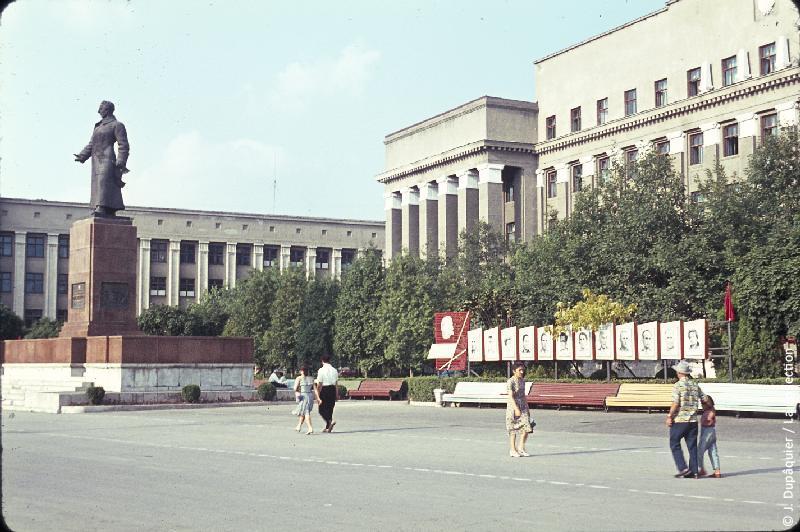 Photographie (résolution écran) : Fonds photographique Jacques Dupâquier — Voyage en URSS en 1964 — Caucase et Georgie : «Ordjonikidze (actuelle Vladikavkaz)-Place centrale»