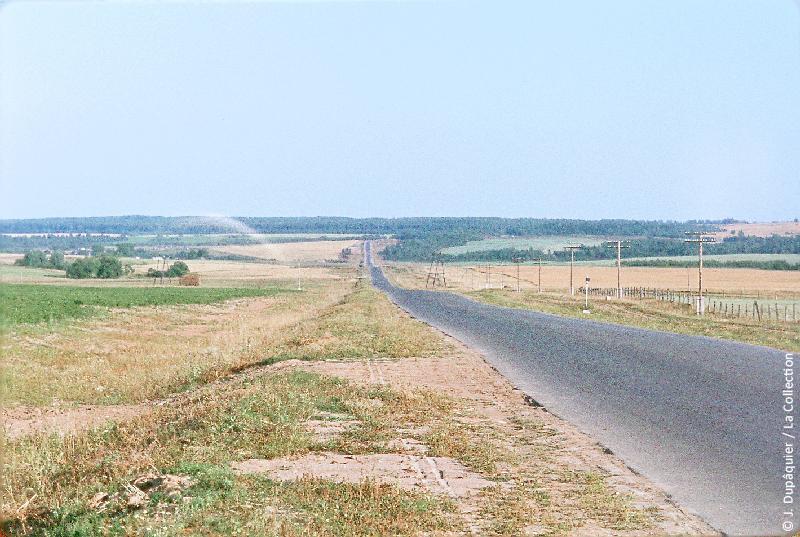 Photographie (résolution écran) : Fonds photographique Jacques Dupâquier — Voyage en URSS en 1964 — Sur la route de Moscou-Minsk Smolensk Borodino : «Sur la route de Borodino»