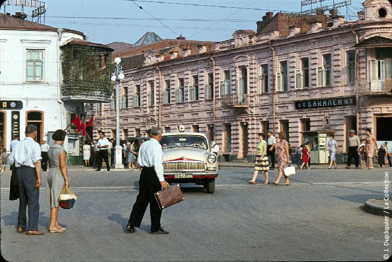 Photographie (résolution écran) : Fonds photographique Jacques Dupâquier — Voyage en URSS en 1964 — Caucase et Georgie : «A Ordjonikidze (actuelle Vladikavkaz)»