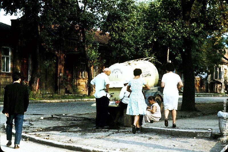 Photographie (résolution écran) : Fonds photographique Jacques Dupâquier — Voyage en URSS en 1964 — Caucase et Georgie : «Ordjonikidze (actuelle Vladikavkaz)-Marchands de kvas»