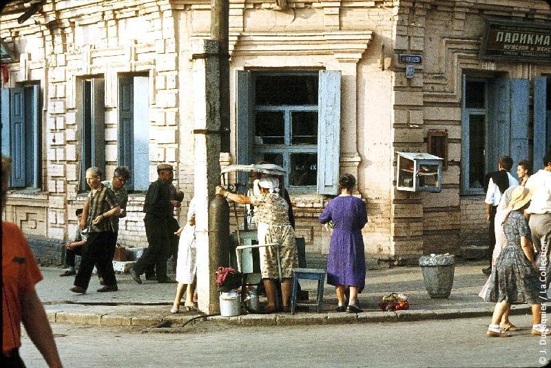 Photographie (résolution écran) : Fonds photographique Jacques Dupâquier — Voyage en URSS en 1964 — Caucase et Georgie : «Ordjonikidze (actuelle Vladikavkaz)-Marchands de glaces»