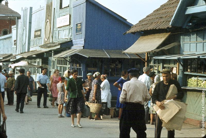 Photographie (résolution écran) : Fonds photographique Jacques Dupâquier — Voyage en URSS en 1964 — Caucase et Georgie : «Au marché Ordjonikidze (actuelle Vladikavkaz)»