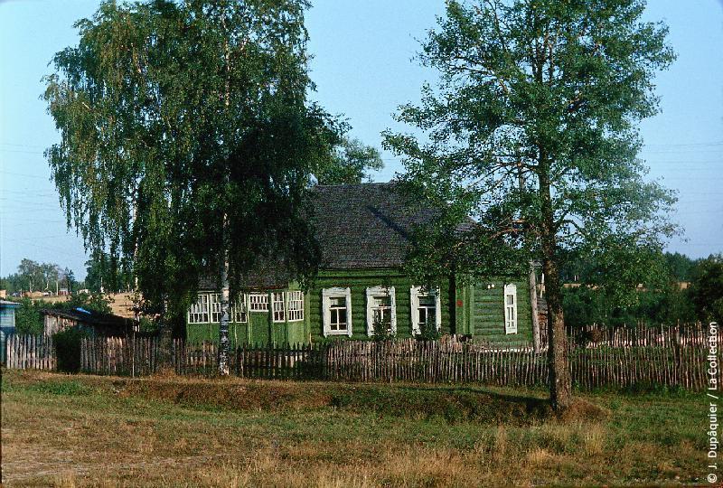 Photographie (résolution écran) : Fonds photographique Jacques Dupâquier — Voyage en URSS en 1964 — Sur la route de Moscou-Minsk Smolensk Borodino : «Borodino-Une maison»