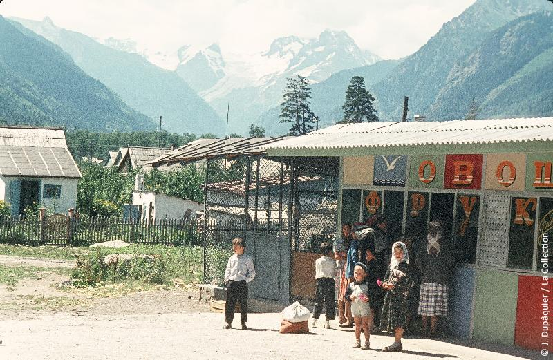 Photographie (résolution écran) : Fonds photographique Jacques Dupâquier — Voyage en URSS en 1964 — Caucase et Georgie : «Magasin à Teberda»