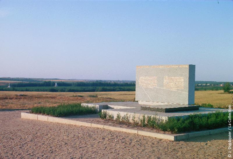 Photographie (résolution écran) : Fonds photographique Jacques Dupâquier — Voyage en URSS en 1964 — Sur la route de Moscou-Minsk Smolensk Borodino : «Borodino-Monument commémoratif en l'honneur du général Bagration»