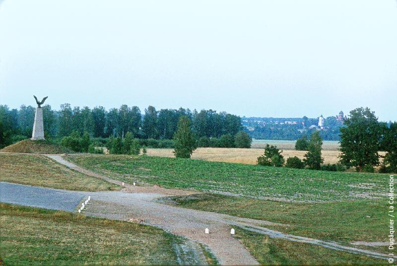 Photographie (résolution écran) : Fonds photographique Jacques Dupâquier — Voyage en URSS en 1964 — Sur la route de Moscou-Minsk Smolensk Borodino : «Borodino-Le monument commémoratif à Napoléon Ier»