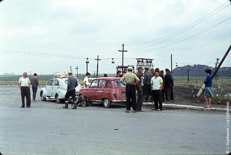 Photographie (résolution écran) : Fonds photographique Jacques Dupâquier — Voyage en URSS en 1964 — Retour-Kouban et Ukraine : «Sur la route de Kiev-En panne dans le Donetz à Novochakhtinsk»