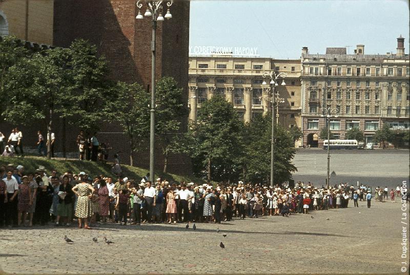 Photographie (résolution écran) : Fonds photographique Jacques Dupâquier — Voyage en URSS en 1964 — Moscou : «Moscou-Queue devant le Mausolée Lénine»