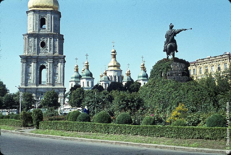 Photographie (résolution écran) : Fonds photographique Jacques Dupâquier — Voyage en URSS en 1964 — Retour-Kouban et Ukraine : «Kiev-Cathédrale Sainte-Sophie et le monument à Bogdan Khmelnitski»