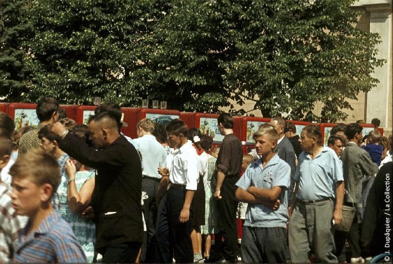 Photographie (résolution écran) : Fonds photographique Jacques Dupâquier — Voyage en URSS en 1964 — Moscou : «Moscou-A l'angle de la Place Rouge-Devant les distributeurs d'eau gazeuse»