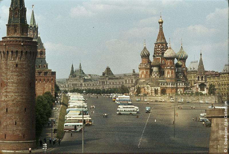 Photographie (résolution écran) : Fonds photographique Jacques Dupâquier — Voyage en URSS en 1964 — Moscou : «Moscou-La Place Rouge et la Cathédrale Saint-Basile-le-Bienheureux»