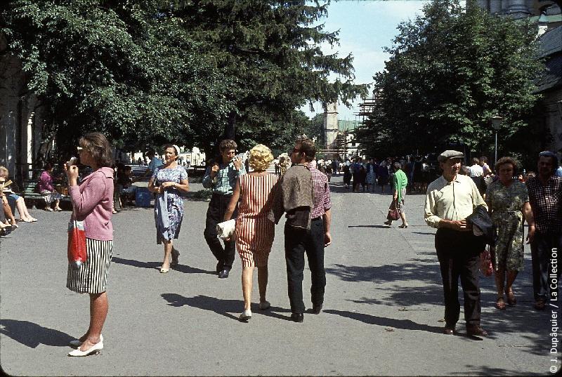 Photographie (résolution écran) : Fonds photographique Jacques Dupâquier — Voyage en URSS en 1964 — Retour-Kouban et Ukraine : «Kiev-Au monastère de la Laure de Kievo-Petchersk (Kievo-Petcherskaïa Lavra)»