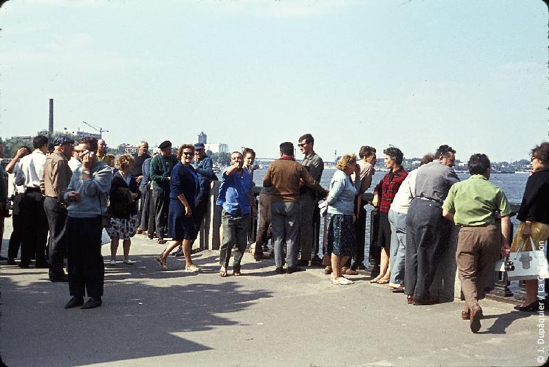 Photographie (résolution écran) : Fonds photographique Jacques Dupâquier — Voyage en URSS en 1964 — Retour-Kouban et Ukraine : «Kiev-Les Français sur le quai du Dniepr»